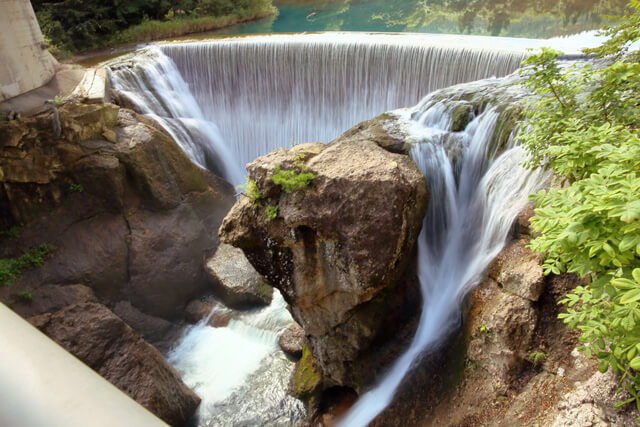 What is Yabitsu Dam? Let's enjoy the spectacular view of the emerald green dam lake and a waterfall!