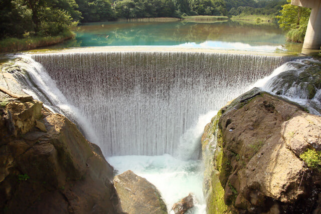 Let's enjoy the spectacular view of the emerald green dam lake and a waterfall!