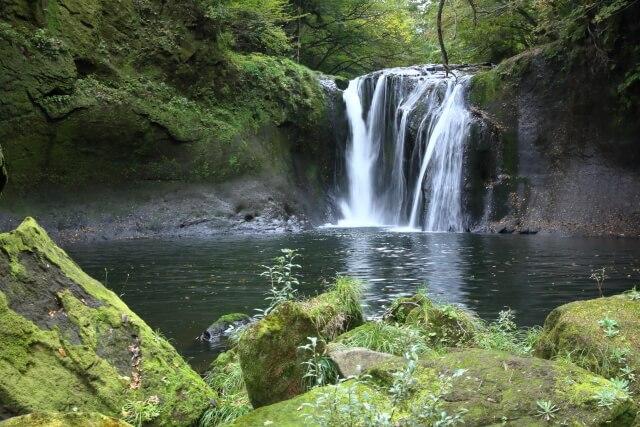 丸みを帯びた岩盤が囲む滝壺に注ぎ込む流水!