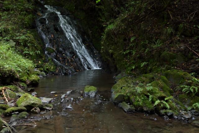 松川八景の1つ!黒漆色の岩肌を水が雄麗に流れ落ちる名勝!